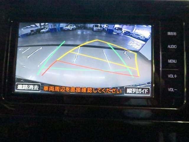 車庫入れや縦列駐車の際に、後退操作の参考となるガイドラインを画面に表示し、駐車枠内に真っすぐに駐車するための目安になります。