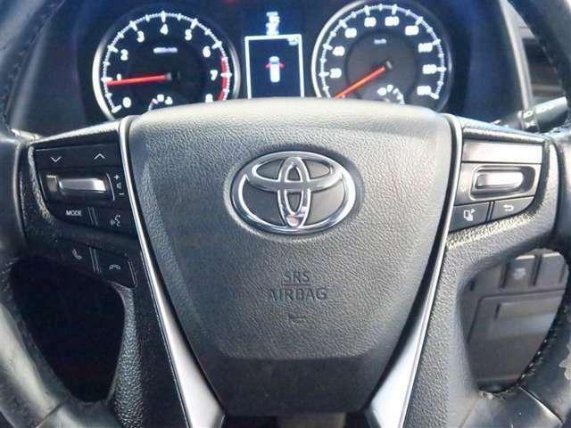 オーディオ・空調などのスイッチをステアリングに設定、ステアリングから手を放すことなく操作でき運転に集中できます。