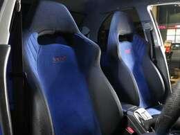特徴的な青いシート。ホールド性もバッチリ!