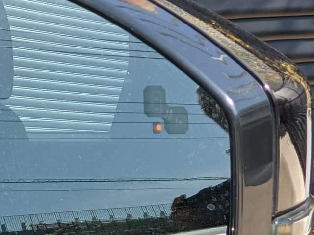 ブラインドスポットモニターが車線変更の不安を軽減します。