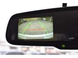 リヤビューモニター付ルームミラー装備!シフトを「R(後退)」に入れると、車両後方の映像をルームミラーに表示。後退時のステアリング操作の目安となるラインも表示し車庫入れをサポートします