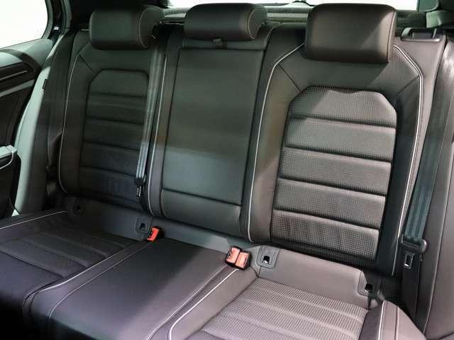 実用的な広さの3人掛け後席です。