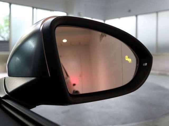 サイドアラートもついています。後方死角検知機能はこのようにミラー内のマークが光り車線変更の際の危険を知らせてくれます。今じゃあ当たり前の装備になってしまいましたね!