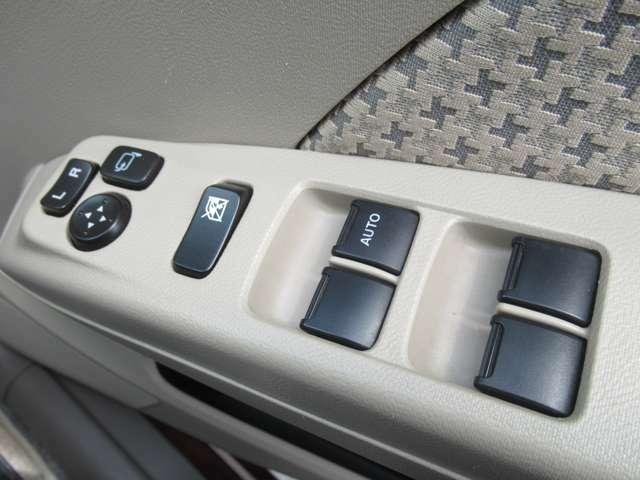 パワーウインドウにはロック機能がついています◇高速道路での走行等、誤って窓を開けない様な場面に役立ちます◇