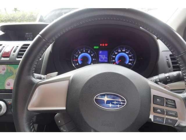 本革ステアリングホイールと付属のECOクルーズコントロール装備 渋滞やロングドライブでも快適なツーリングを愉しめる全車速追従機能付きクルーズコントロールです。