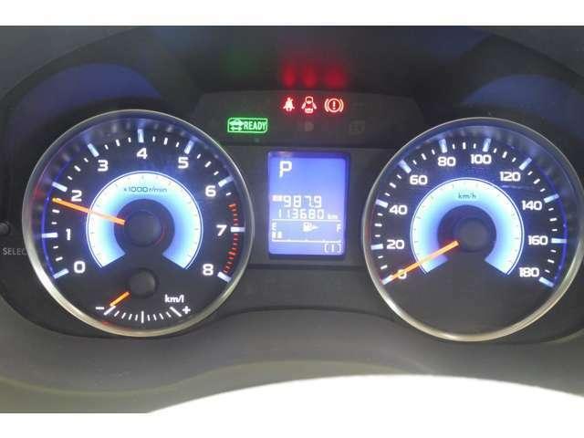 ハイブリッド専用デザインの常時発行式ブルー照明メーター各種情報を一括表示する中央のディスプレイもブルーでコーディネイトしています。