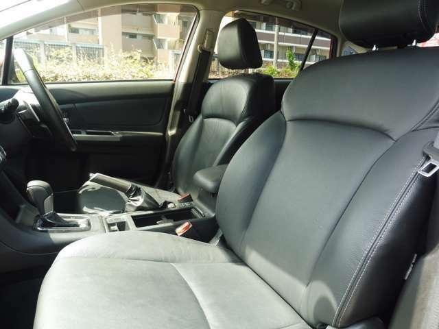 メーカーオプションのブラックレザーセレクションの本革シート フロントシートにはシートヒーター装備