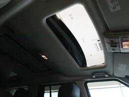パノラミックスライデングガラスルーフ。後席まで広がるパノラミックルーフは車内に明るい日差しを取り入れ、解放感たっぷりです。またシェードもついておりますので暑さも防げます。」