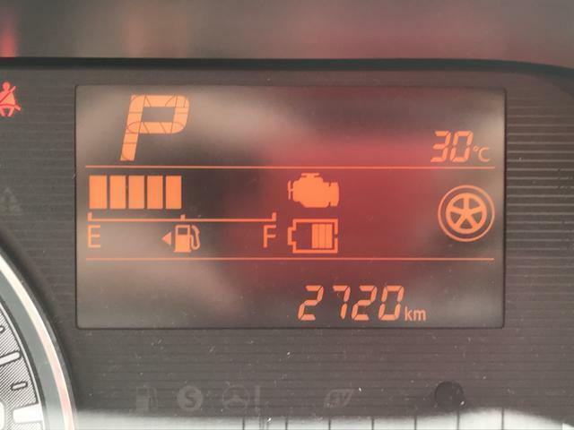 走行は2720km。メーター内のインフォメーションディスプレーは燃費計やシフト位置などなど、色んな情報を提供致します。