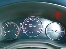 7インチマルチスピードメーターフロントガラスに照射式のアクティブ・ドライビング・ディスプレイによって瞬時に必要な情報を読み取りやすくしたメーターです。