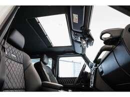 デジーノエクスクルーシブPKGやサンルーフなど人気のオプションを網羅した鉄板の仕様です。