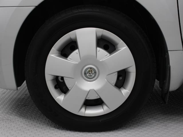 足元を汚れから守りスムーズな空気の流れに貢献するフルホイールキャップを装着しています。タイヤサイズ185/65R15