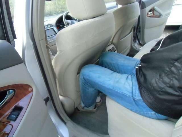 前席いっぱいに下げても後席ゆったり座れます!