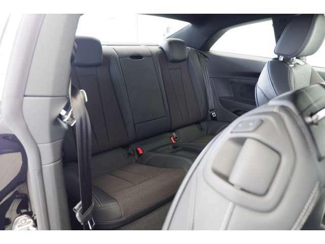 後席は前席を倒して乗車します。前席のレバーを引く事でシートを倒し後席に乗車します。