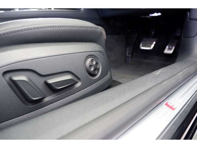 シート調整は電動式です。ランバーサポート付きですので長時間のドライブの疲労軽減にも役立ちます。Slineロゴが配されたドアシルトリムが存在感を発揮しています。