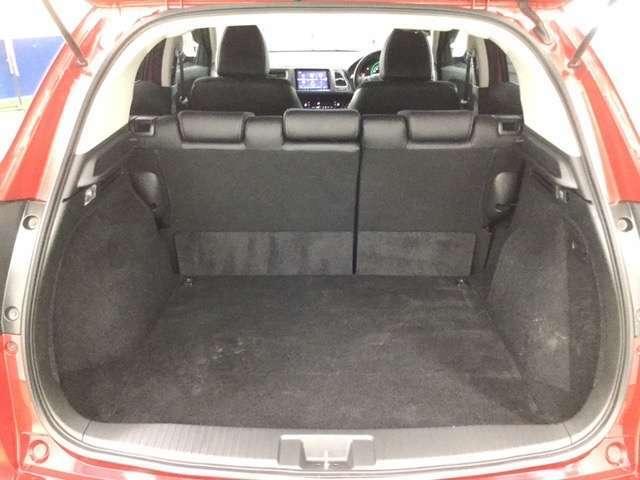 リヤシートを倒さなくても、大きくて使いやすい荷室。