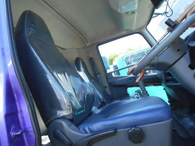 運転席シート張り替え済みです。