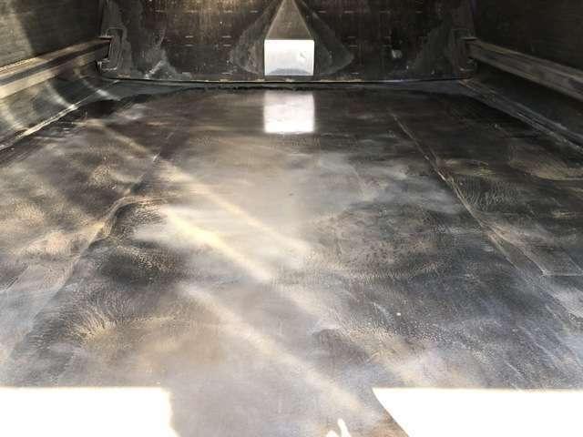 タンク床面、鉄板厚み十分残ってます!