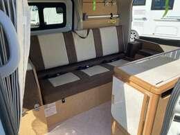 一瞬でベッド展開が可能な横乗りシートがEeの特徴です。