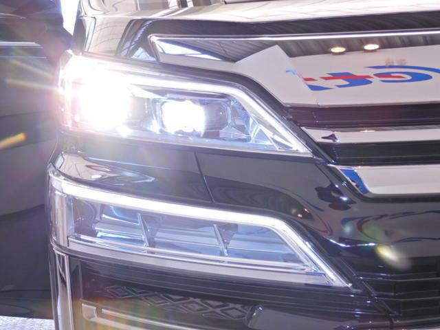 【LEDヘッドランプ】・・・消費電力の少ないLEDヘッドランプ。点灯してすぐに最大光量を発揮するのでトンネルなど周囲が急に暗くなった場合でも安心。