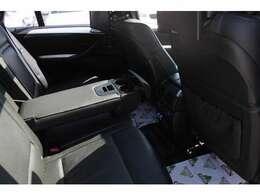 後部席専用モニターが2つ。後部にご乗車の方にも楽しいお時間を。