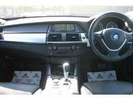 ブラックレザーはベンチレーテッド仕様、快適な座り心地でドライブの負担を軽減します。