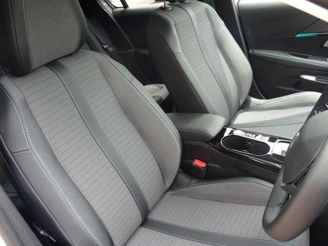 運転中も疲れを感じさせない、すわり心地の良いシート。シートに使用感はありません。【プジョー大府:0562-44-0381】
