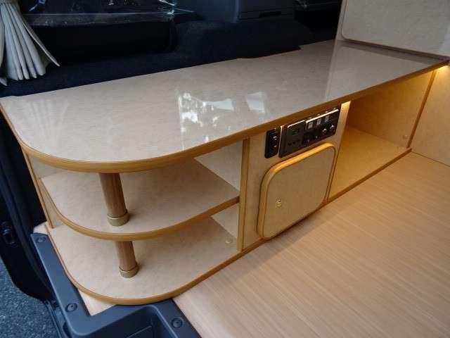 """美しい堅牢な家具は、""""日本製""""宮大工工法で製造され、耐久性、遮音性、寒暖差に強いのも特徴です。対面ダイネットは、応接タイプで広々としています。"""