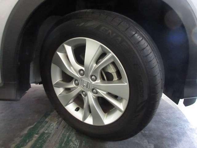 タイヤはダンロップ エナセーブ 7分山程度 2018年製がついています。そして足元を精悍に引き締めるホンダ純正16インチアルミホイール、おしゃれは足元から、カッコイイですね!