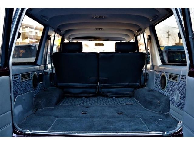 意外と広いラゲッジスペース。車内の高さが121cmですので車中泊でも圧迫感を感じず、車内で座っても天井に頭が付くこともありません!