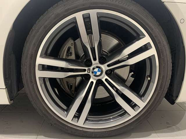 サービスにはドイツ本国と同様に教育と訓練を受け、BMW/MINIを知り尽くした「マイスター」が数多く在籍しております。100項目に及ぶ納車前点検整備で、お客様に安心と安全をお届けいたします。
