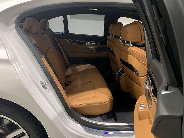 BMW/MINIを熟知したメカニックによる、100項目の納車前点検。ドイツ本国と同様の教育・訓練を受けたBMW専門のメカニックが、100項目にもおよぶポイントを徹底的に点検、整備致します。