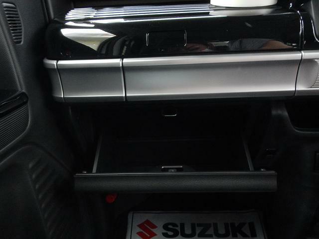 車検証などを収納できるグローブボックス