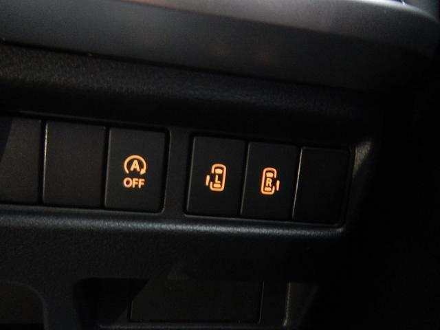 ハンドル右下にはスライドドアやアイドリングストップのスイッチがございます