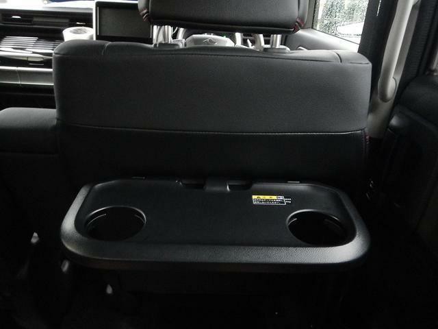 運転席と助手席のシートバックには便利なパーソナルテーブルがついております