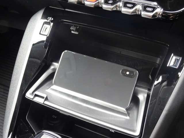 センターコンソールにはスマートフォンの画面を確認しやすい位置で固定できるホルダーとスマートフォンを置くだけ充電できるワイヤレスチャージャーがございます。【プジョー大府:0562-44-0381】