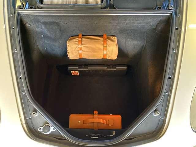 フロントトランクは底が深くそこそこの荷物が積めます!余り使用して無かったのか内側カーペットも綺麗な状態◎二人分の荷物は問題無く搭載出来るので安心感ます!ボディの塗装状態も良く板金箇所は皆無と言える◎