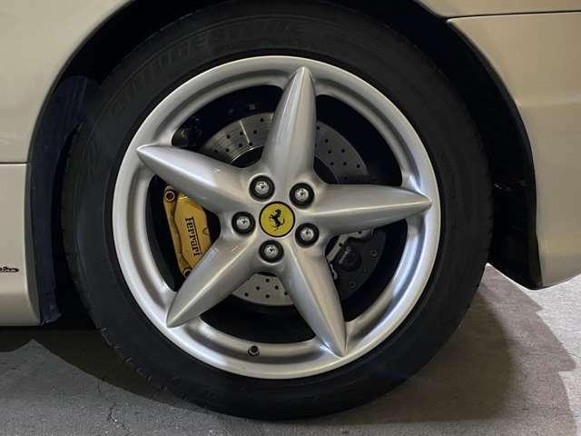 ドリルドベンチレーテッドDブレーキは性能に見合う制動力を発揮し安心!タイヤはBSポテンザで山も十分◎F215/45R18・R275/40R18を履いている!リアダクト下にピニンファリーナのエンブレム◎