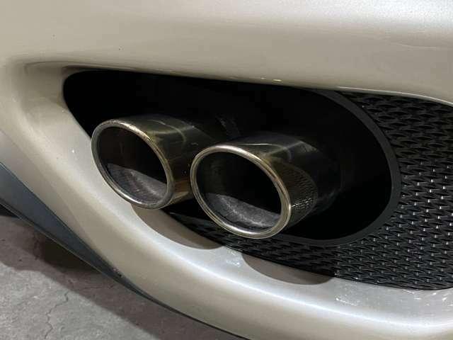 綺麗なマフラー◎世界的メーカーのアルコア社製アルミニウム押出材ALLアルミスペースフレームにボデイ外板もアルミ◎カタログ数値でトップスピード295キロ・0-100キロ4.5秒・0-400m12.6秒!