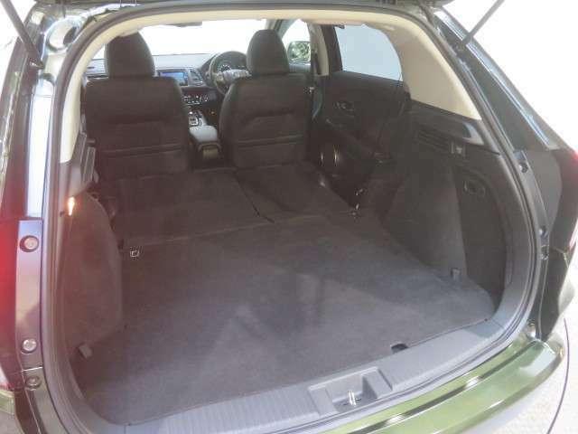 リヤシートを前に倒せばご覧のようになります。大きな荷物を載せたいときに便利ですね。