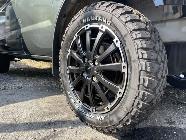 14インチのマッドタイヤと大迫力のアルミホイール!!走破性もしっかり高まっております!!