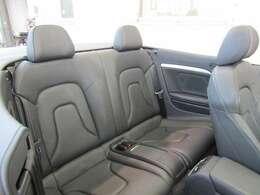 後部座席は使用感も少なく、綺麗な状態を維持しております!