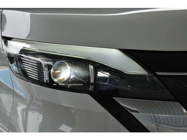 LEDヘッダライトです。ハイビームアシストが付いているので、夜間のドライブがとても快適に行えます。