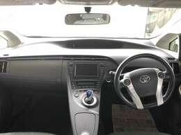 開けた視界で運転しやすいのもプリウスの特徴です。今見ても飽きの来ないデザインです。