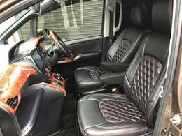 運転席、助手席はシートカバーが付いているのでお手入れもラクラク。水拭きもできちゃいます。