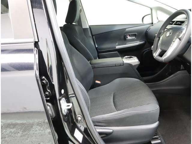 車内は高級感のある黒色です。