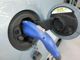 プラグインで充電できます。ガソリンを節約できますね