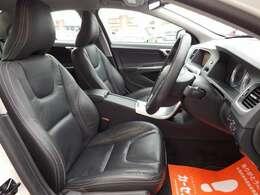 運転席シート☆Rデザイン専用の黒革シート☆キレイな室内です☆