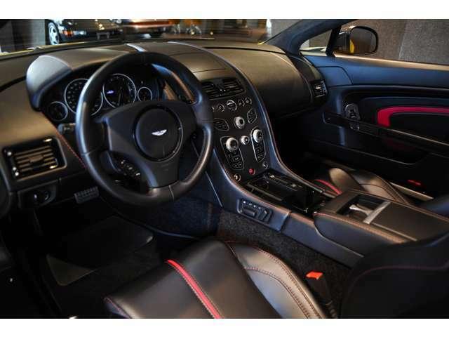 インテリアもブラックを基調としてカーボンパーツとレッド系の組み合わせがスポーツカーらしさを出しています!