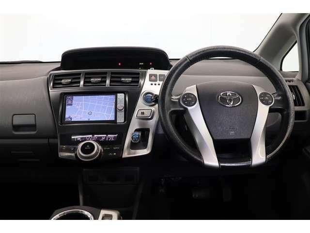 運転操作に必要なスイッチ類をドライバー側に集約。シルバー加飾による区分も図り、直感的に操作できる使いやすいレイアウトを実現♪
